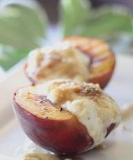 Grilled Peaches With Yogurt Cream