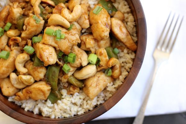Healthier version of the classic Chinese take out with juicy white meat chicken, green peppers, onions, cashews and brown rice