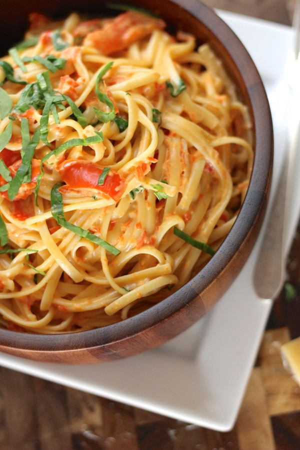 Creamy Roasted Red Pepper and Spinach Linguine in a bowl.