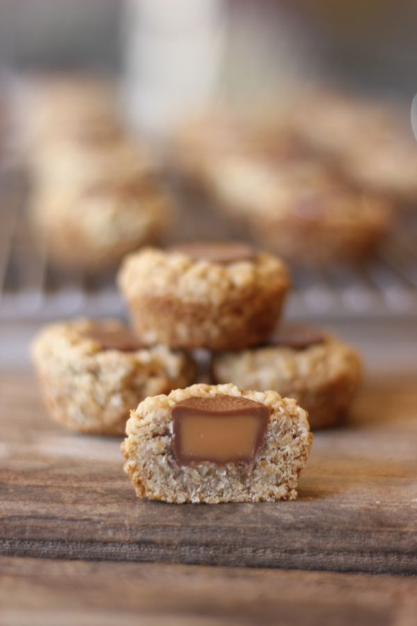 Rolo Oatmeal Cookie Cup sliced in half.
